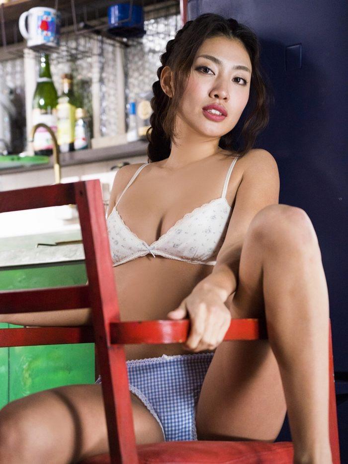 【青山めぐグラビア画像】会社勤めのOLからスカウトでレースクイーンへ転身したセクシースレンダー美女 18