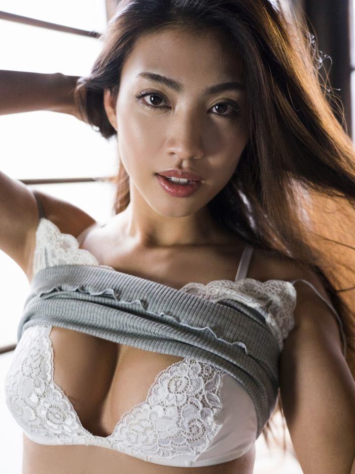 【青山めぐグラビア画像】会社勤めのOLからスカウトでレースクイーンへ転身したセクシースレンダー美女 50