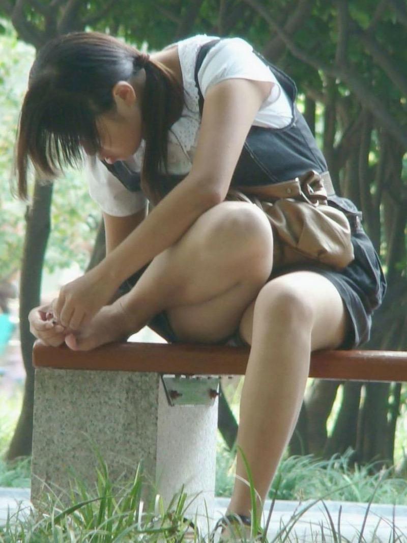 【パンチラ盗撮画像】他の事に気を取られていてミニスカパンチラを撮られてしまった素人娘 09