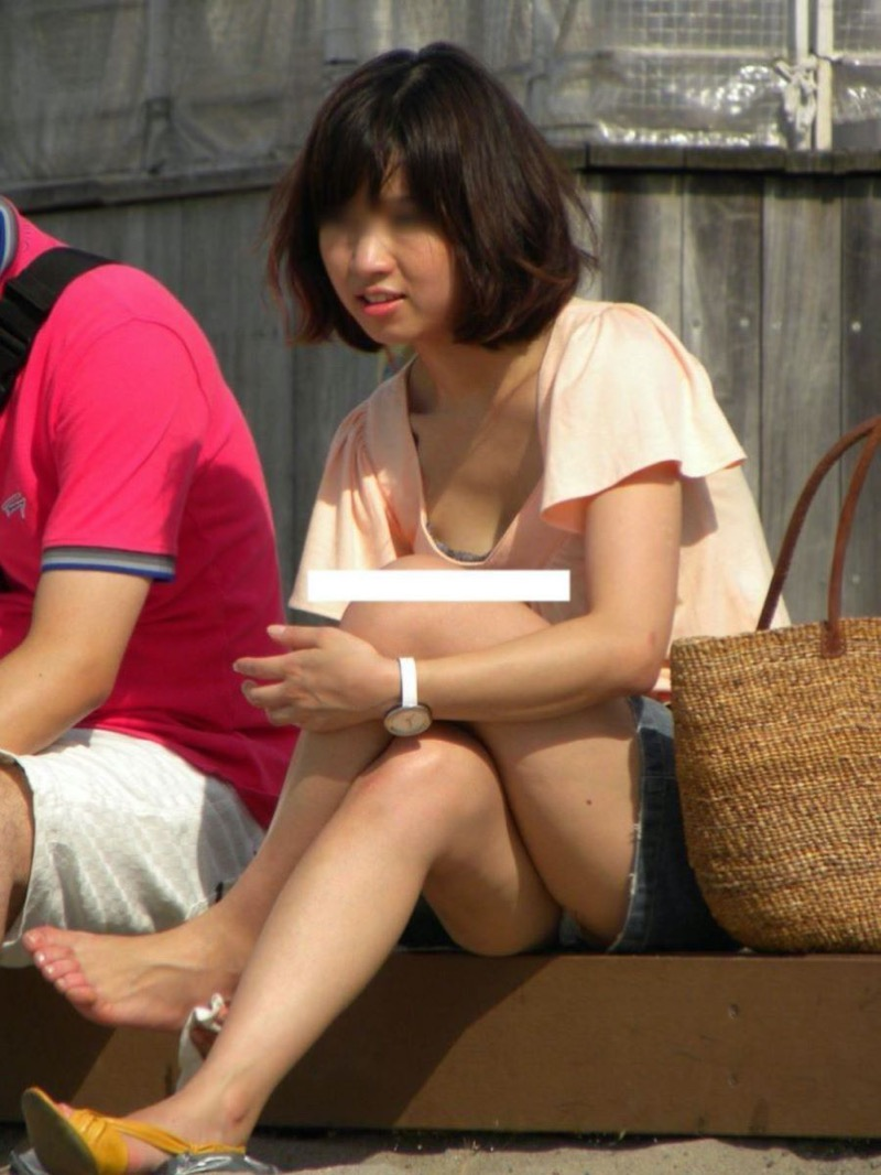 【パンチラ盗撮画像】他の事に気を取られていてミニスカパンチラを撮られてしまった素人娘 15