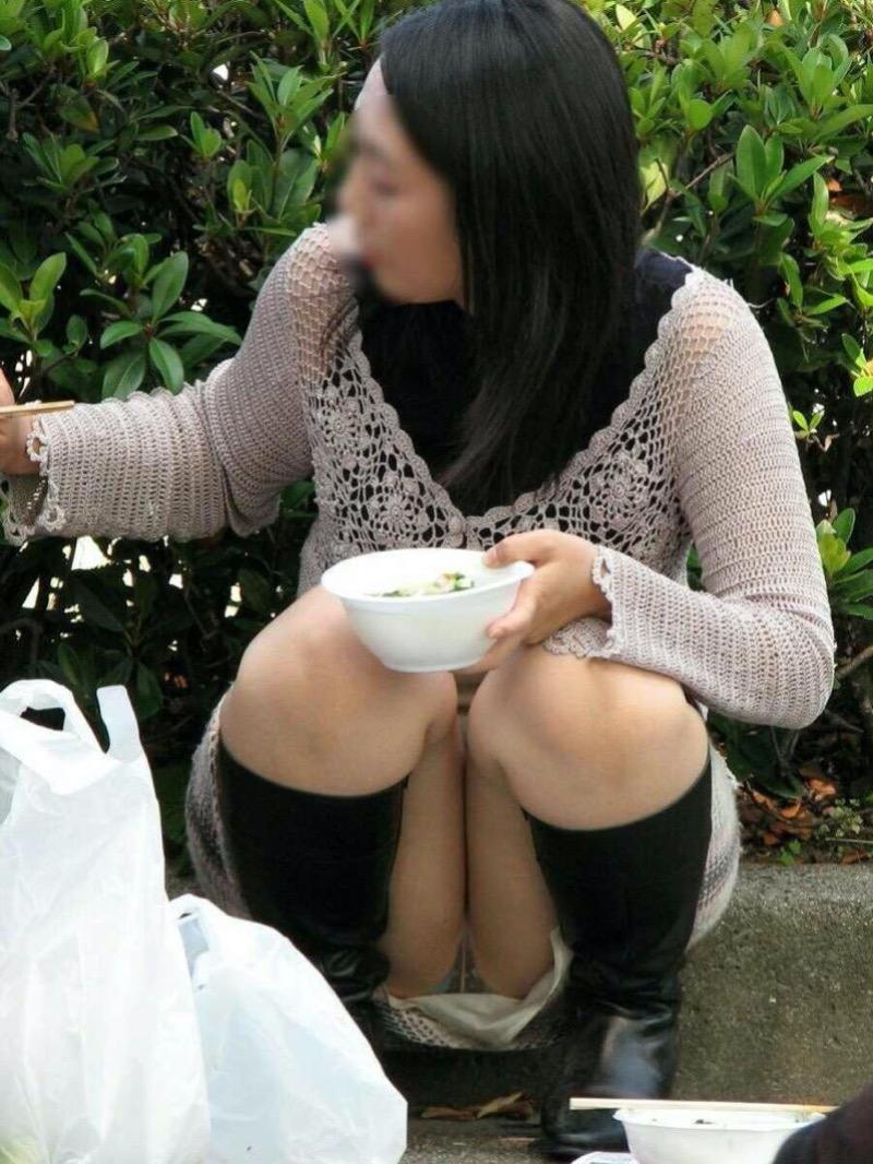 【パンチラ盗撮画像】他の事に気を取られていてミニスカパンチラを撮られてしまった素人娘 18