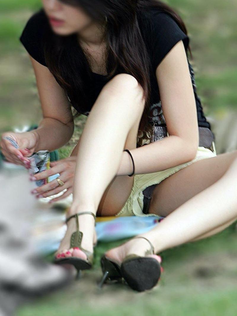 【パンチラ盗撮画像】他の事に気を取られていてミニスカパンチラを撮られてしまった素人娘 23