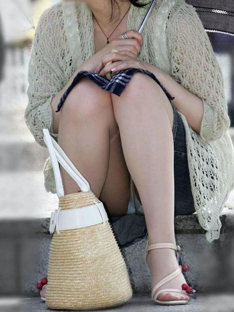 【パンチラ盗撮画像】他の事に気を取られていてミニスカパンチラを撮られてしまった素人娘 25