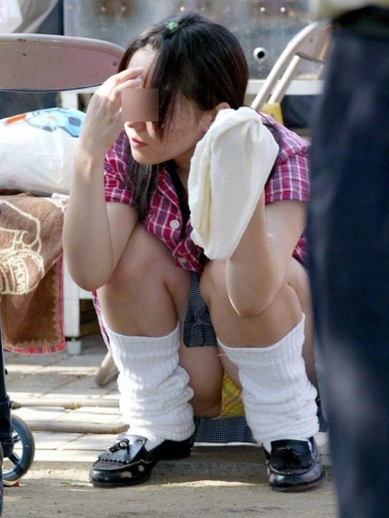 【パンチラ盗撮画像】他の事に気を取られていてミニスカパンチラを撮られてしまった素人娘 27