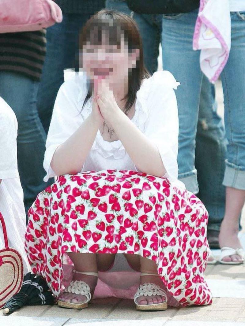 【パンチラ盗撮画像】他の事に気を取られていてミニスカパンチラを撮られてしまった素人娘 31