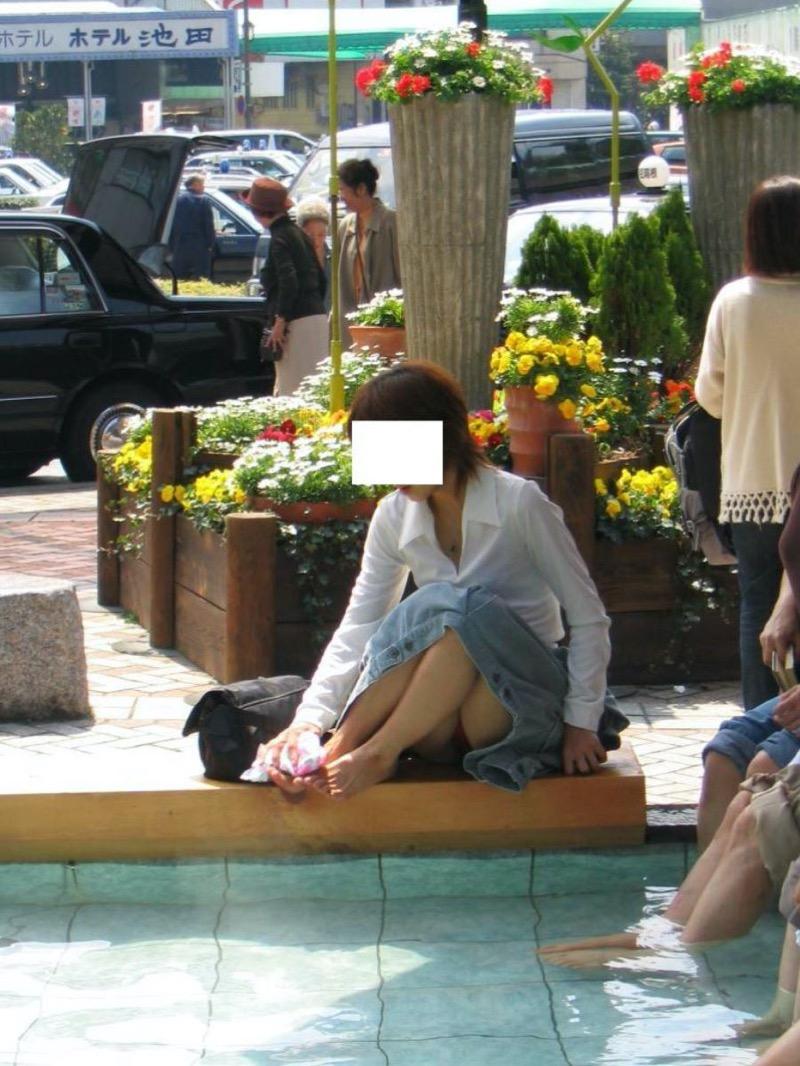 【パンチラ盗撮画像】他の事に気を取られていてミニスカパンチラを撮られてしまった素人娘 32