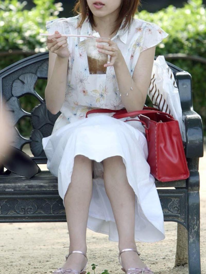 【パンチラ盗撮画像】他の事に気を取られていてミニスカパンチラを撮られてしまった素人娘 39