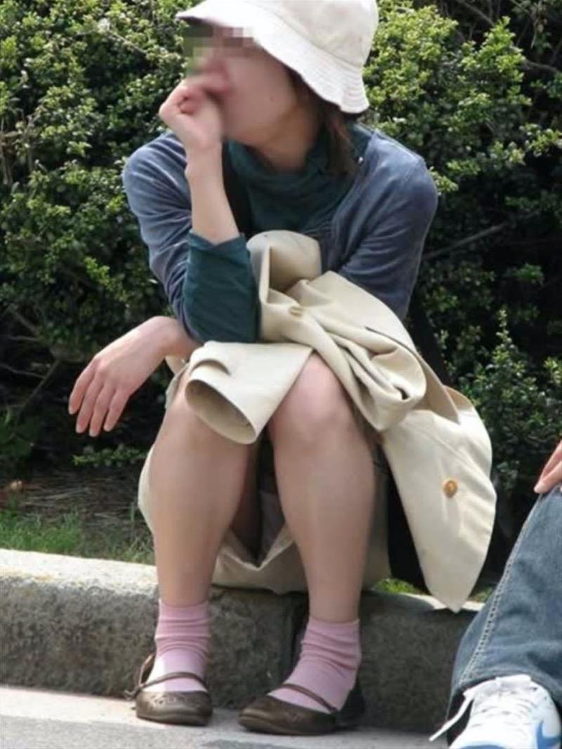 【パンチラ盗撮画像】他の事に気を取られていてミニスカパンチラを撮られてしまった素人娘 44