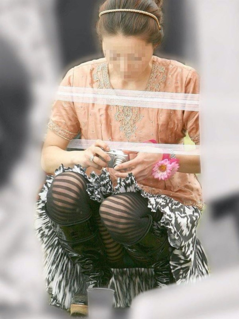 【パンチラ盗撮画像】他の事に気を取られていてミニスカパンチラを撮られてしまった素人娘 49