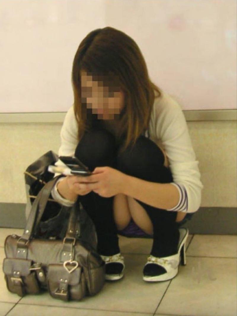 【パンチラ盗撮画像】他の事に気を取られていてミニスカパンチラを撮られてしまった素人娘 60