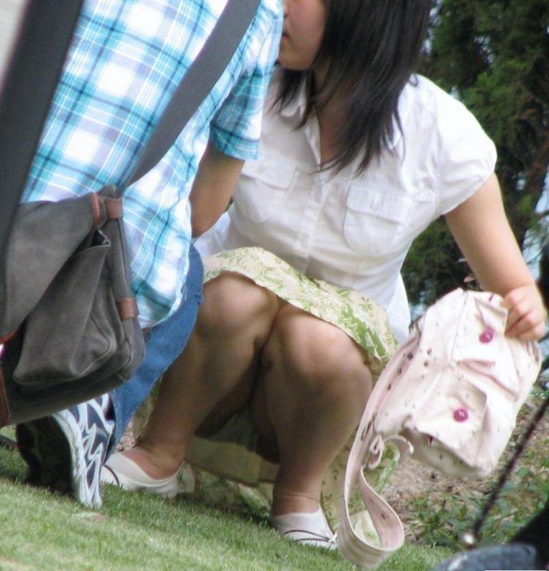 【パンチラ盗撮画像】他の事に気を取られていてミニスカパンチラを撮られてしまった素人娘 63