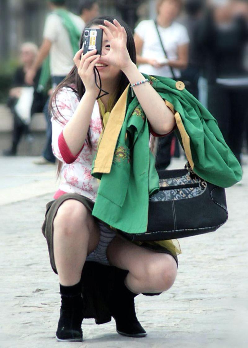 【パンチラ盗撮画像】他の事に気を取られていてミニスカパンチラを撮られてしまった素人娘 73