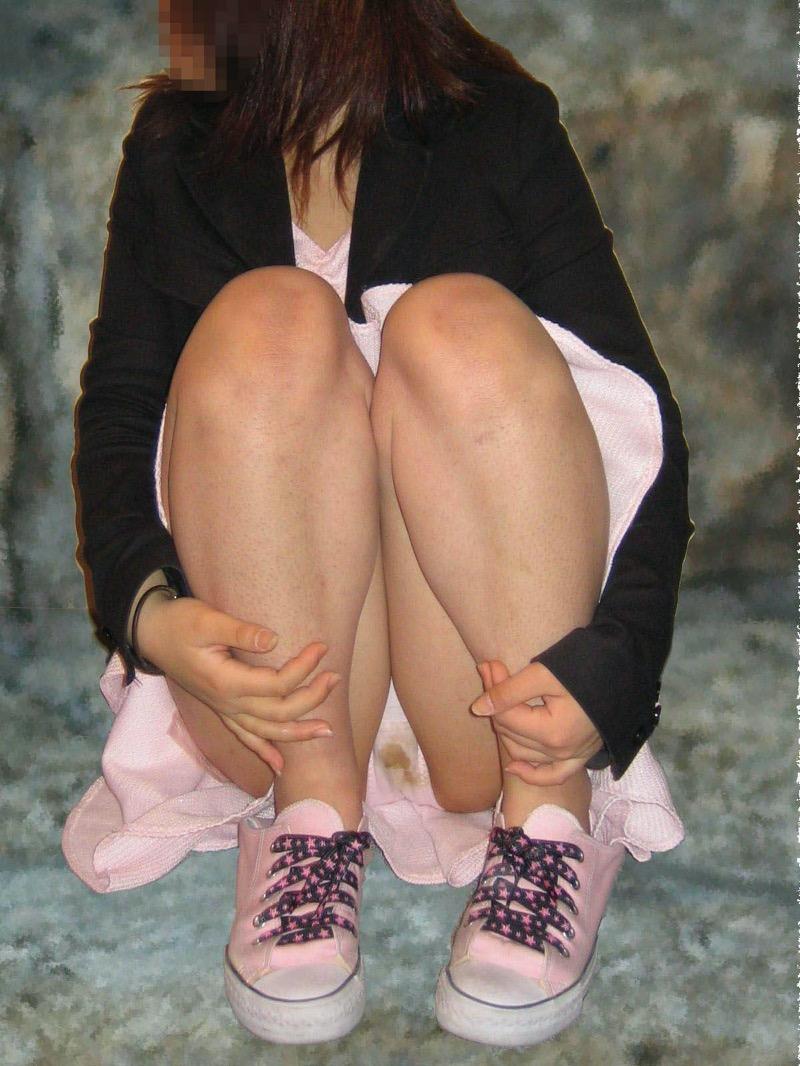【パンチラ盗撮画像】他の事に気を取られていてミニスカパンチラを撮られてしまった素人娘 76