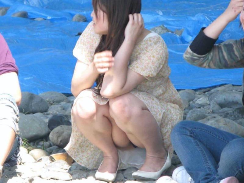 【パンチラエロ画像】ミニスカでしゃがんだらパンツ見えちゃう事は判ってるよね?絶対見せたいんだろw 40