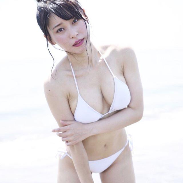 【塚田綾佳エロ画像】萌えを意識した衣装や紐が切れそうなビキニ姿がエロいけどグラドルじゃなかったw 32
