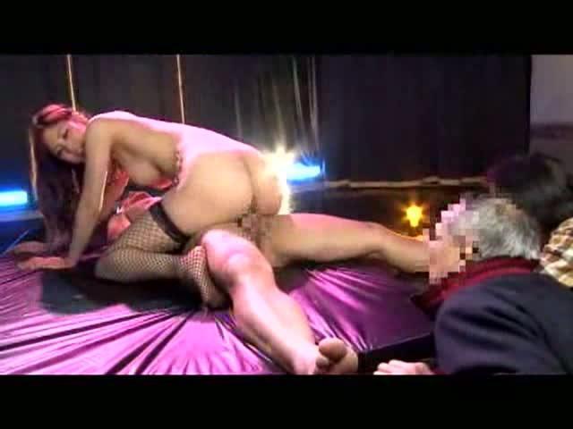 【アダルトの日】ストリップショーでオマンコおっぴろげて客とセックスまでしちゃってるエロ画像 13