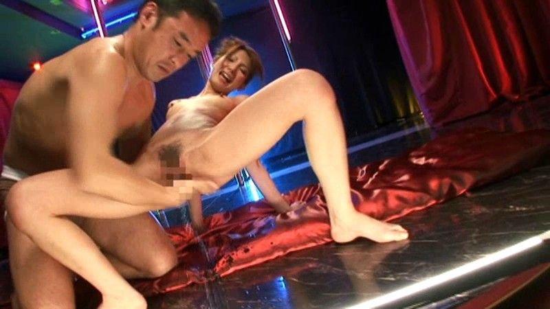 【アダルトの日】ストリップショーでオマンコおっぴろげて客とセックスまでしちゃってるエロ画像 35