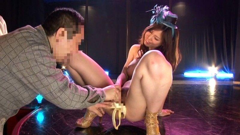 【アダルトの日】ストリップショーでオマンコおっぴろげて客とセックスまでしちゃってるエロ画像 38