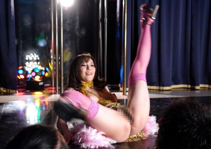 【アダルトの日】ストリップショーでオマンコおっぴろげて客とセックスまでしちゃってるエロ画像 57