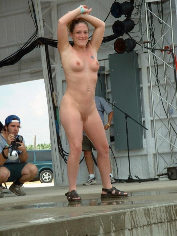 【アダルトの日】ストリップショーでオマンコおっぴろげて客とセックスまでしちゃってるエロ画像 60