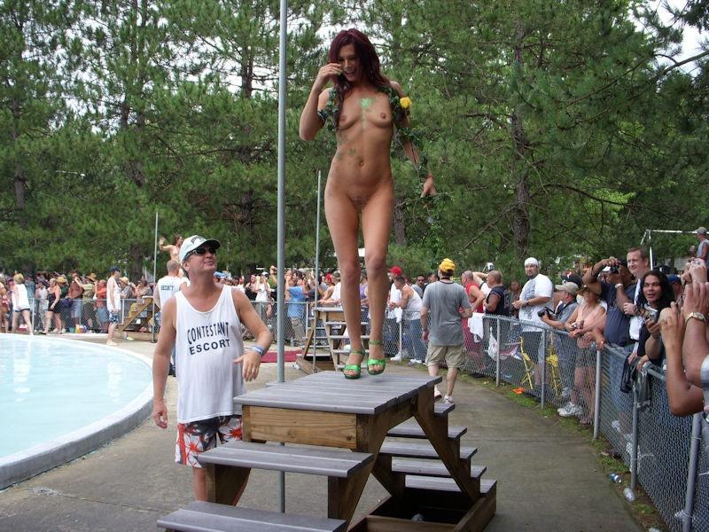 【アダルトの日】ストリップショーでオマンコおっぴろげて客とセックスまでしちゃってるエロ画像 75