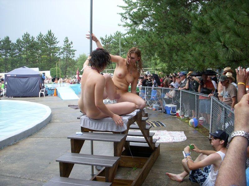 【アダルトの日】ストリップショーでオマンコおっぴろげて客とセックスまでしちゃってるエロ画像 77