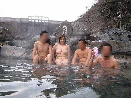 【混浴温泉エロ画像】寒くなると温泉行きたくなるけどどうせなら女連れで熱くなりたいわw 15