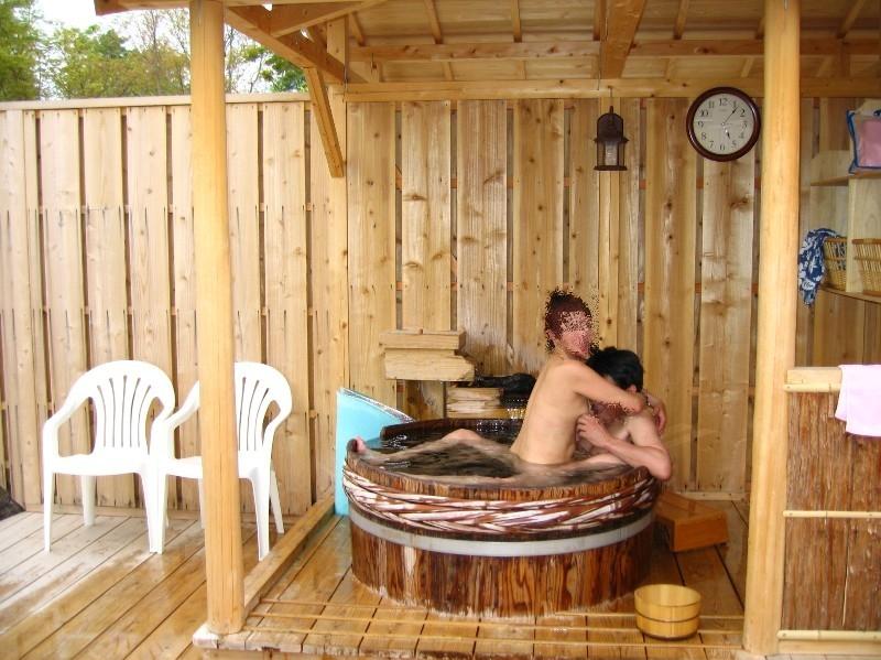 【混浴温泉エロ画像】寒くなると温泉行きたくなるけどどうせなら女連れで熱くなりたいわw 42