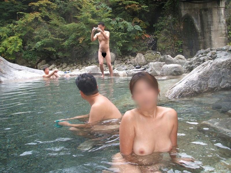 【混浴温泉エロ画像】寒くなると温泉行きたくなるけどどうせなら女連れで熱くなりたいわw 49