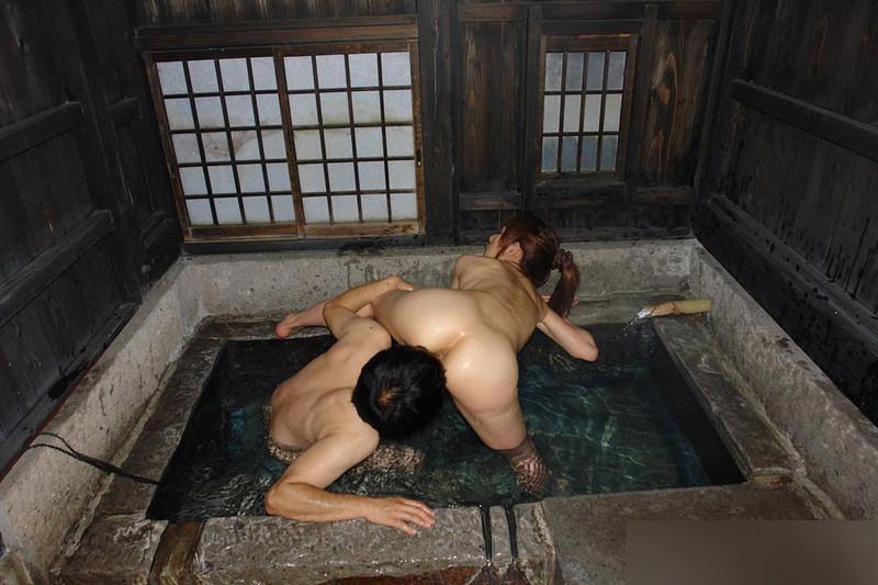 【混浴温泉エロ画像】寒くなると温泉行きたくなるけどどうせなら女連れで熱くなりたいわw 51