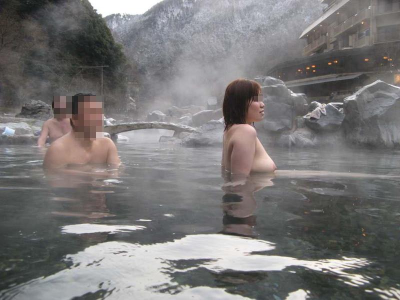 【混浴温泉エロ画像】寒くなると温泉行きたくなるけどどうせなら女連れで熱くなりたいわw 54