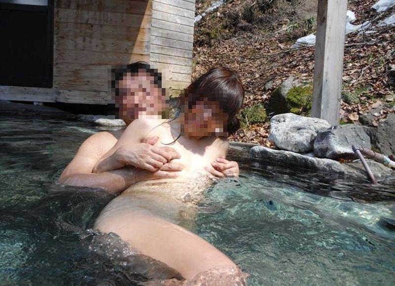 【混浴温泉エロ画像】寒くなると温泉行きたくなるけどどうせなら女連れで熱くなりたいわw 56