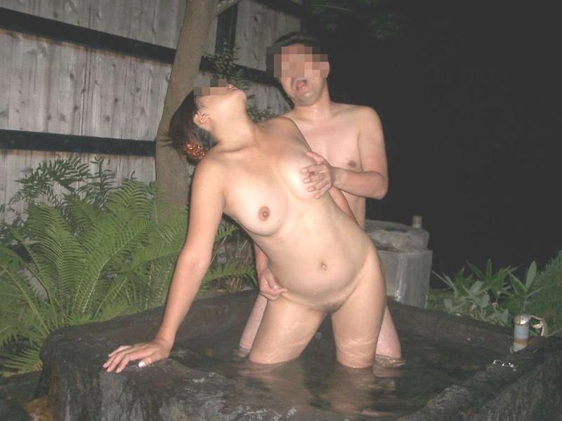 【混浴温泉エロ画像】寒くなると温泉行きたくなるけどどうせなら女連れで熱くなりたいわw 60