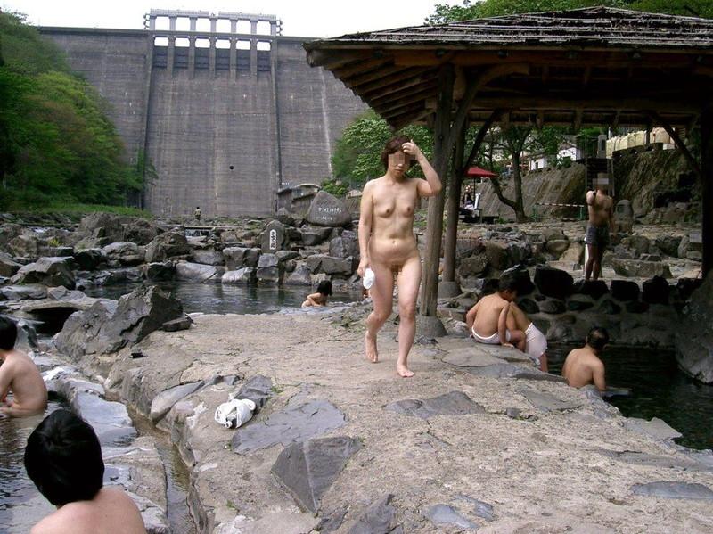 【混浴温泉エロ画像】寒くなると温泉行きたくなるけどどうせなら女連れで熱くなりたいわw 62