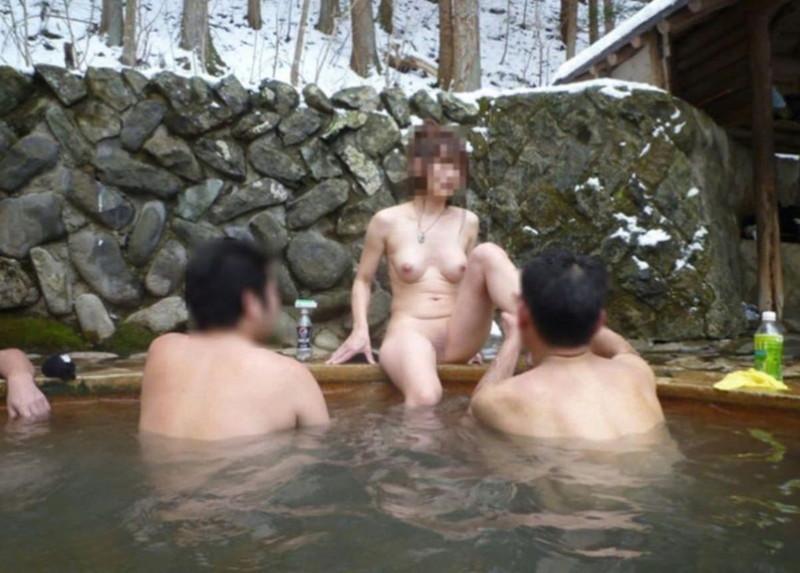 【混浴温泉エロ画像】寒くなると温泉行きたくなるけどどうせなら女連れで熱くなりたいわw 72
