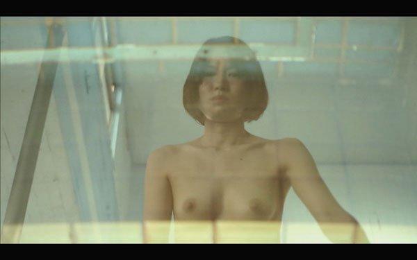 【放送事故画像】映すつもりじゃなかった乳輪や勃起してしまった乳首等の芸能人お宝画像 14