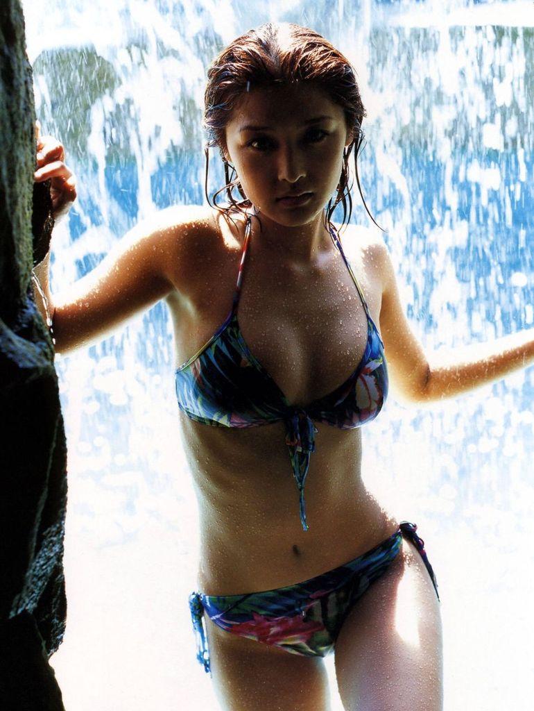 【石川梨華グラビア画像】元モーニング娘。4期メンバーが披露したグラドルにも負けないビキニ姿 67