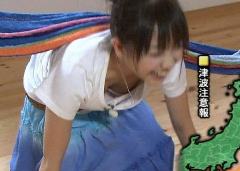 【胸チラキャプ画像】アイドルやタレントがテレビで見せてしまった谷間が眩しいwww 13