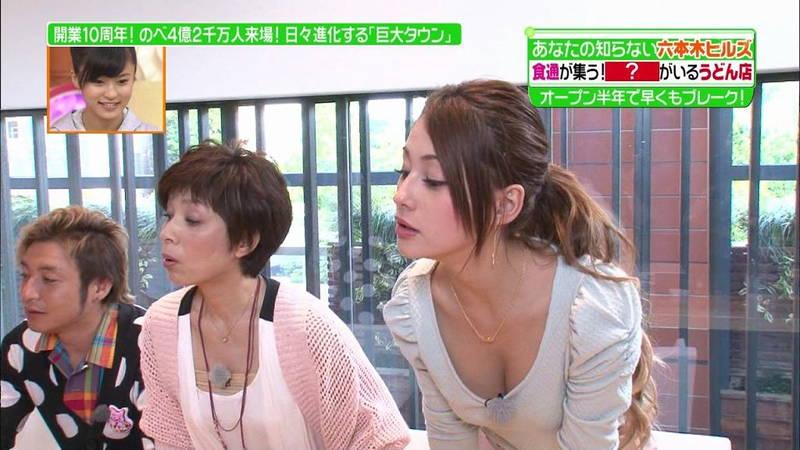 【胸チラキャプ画像】胸元が緩い衣装で前かがみになるという確信犯的な胸チラキャプまとめwww 06