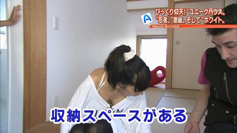 【胸チラキャプ画像】胸元が緩い衣装で前かがみになるという確信犯的な胸チラキャプまとめwww 13