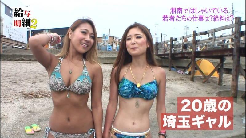 【揉みキャプ画像】テレビに出演するためならおっぱいも触らせてくれるビキニギャルwww 03