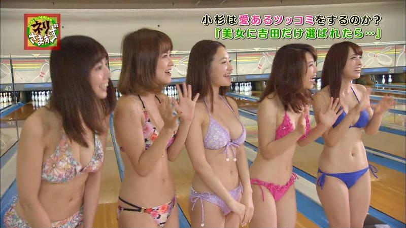 【揉みキャプ画像】テレビに出演するためならおっぱいも触らせてくれるビキニギャルwww 13
