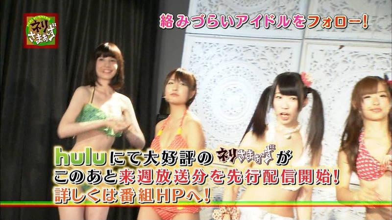 【揉みキャプ画像】テレビに出演するためならおっぱいも触らせてくれるビキニギャルwww 21