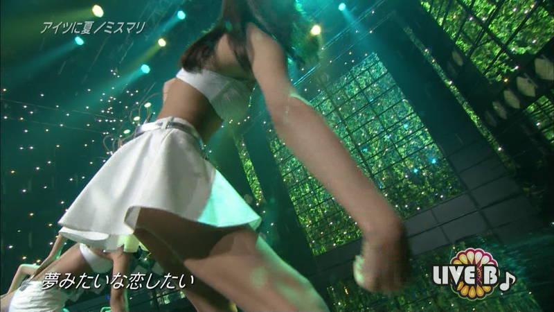【ミスマリキャプ画像】トリオのアイドルがブラなのか水着なのか際どい姿でライブwww 11