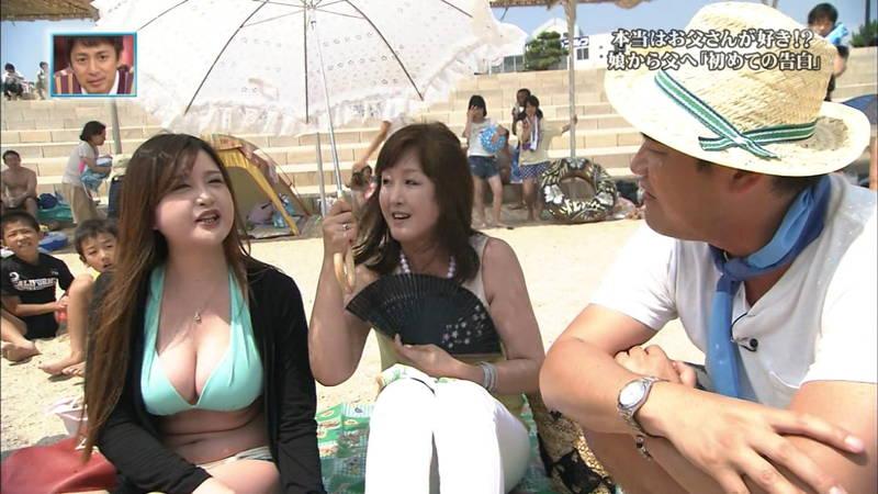 【素人キャプ画像】関西の海水浴場のインタビューで爆乳ばかりが映るという奇跡www