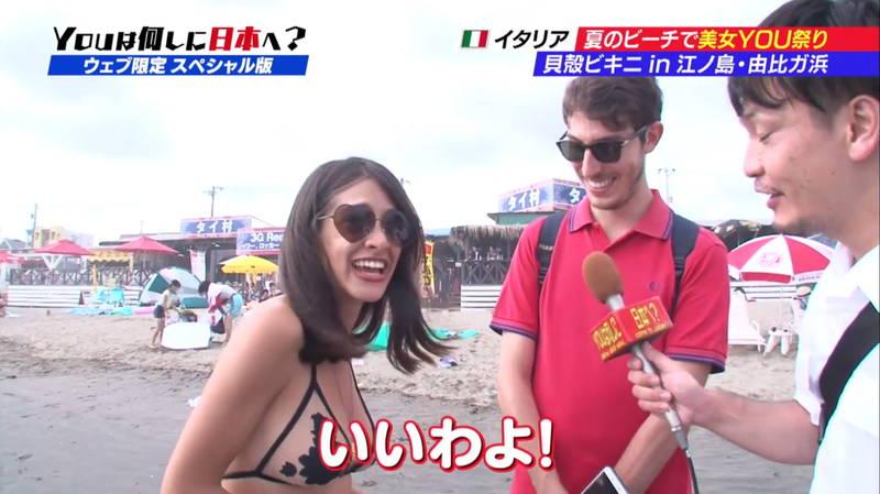 【ビキニキャプ画像】海で遊んでいる海外からの旅行者にエロ水着を着てもらうwww 15