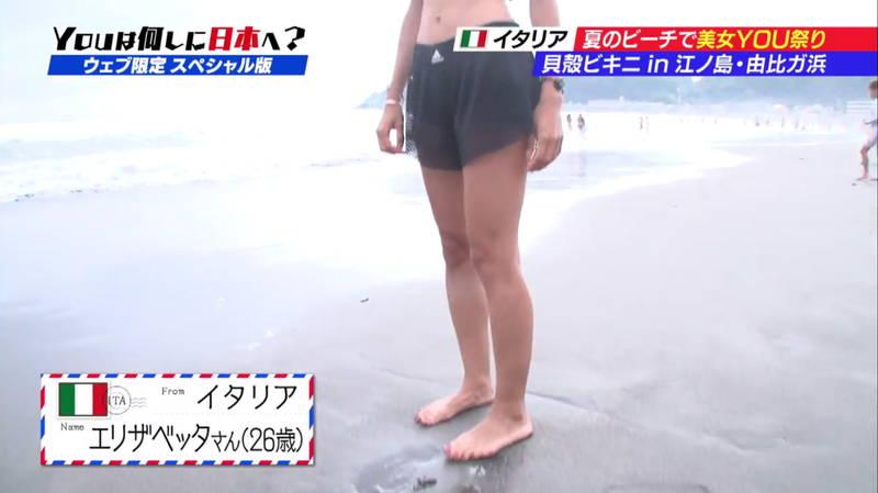 【ビキニキャプ画像】海で遊んでいる海外からの旅行者にエロ水着を着てもらうwww 16