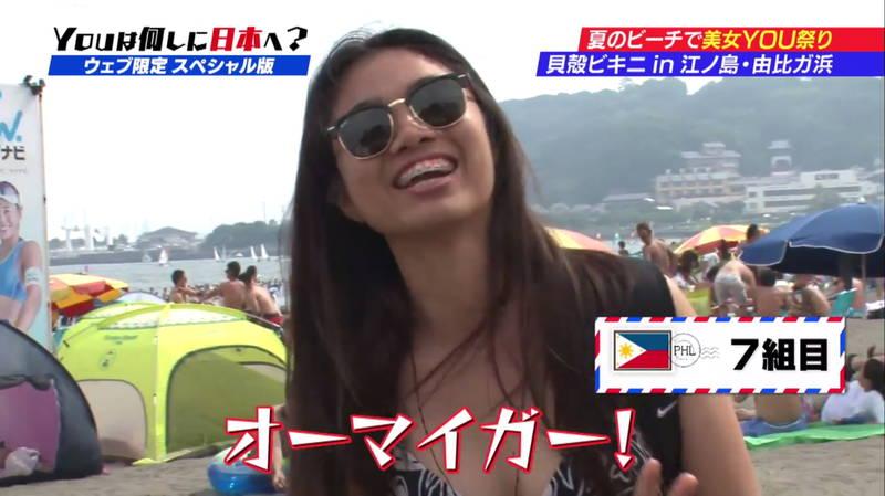 【ビキニキャプ画像】海で遊んでいる海外からの旅行者にエロ水着を着てもらうwww 23