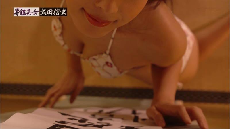【川崎あやキャプ画像】クビレの女王と呼ばれているグラドルがエロビキニで書道www 25