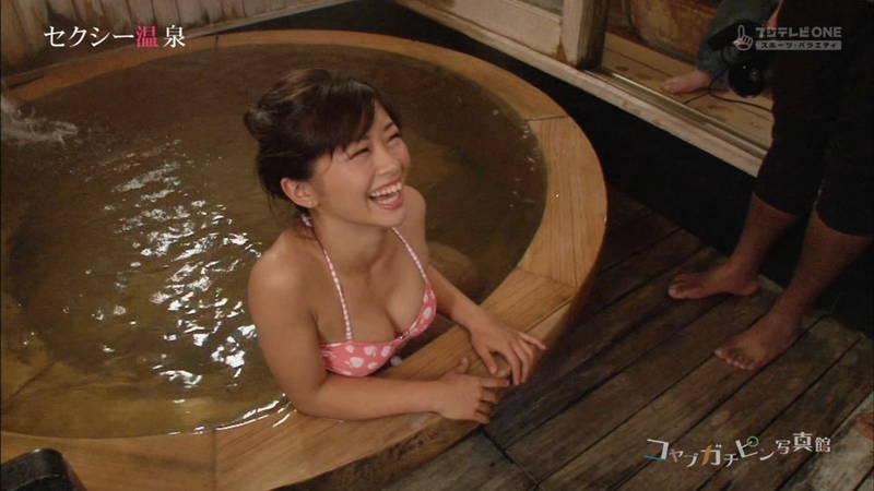 【安枝瞳キャプ画像】巨乳を強調するビキニ姿で温泉入浴に関するグラビア撮影www